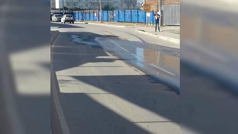 В Джале напротив школы №72 из-под асфальта течет вода. Видео