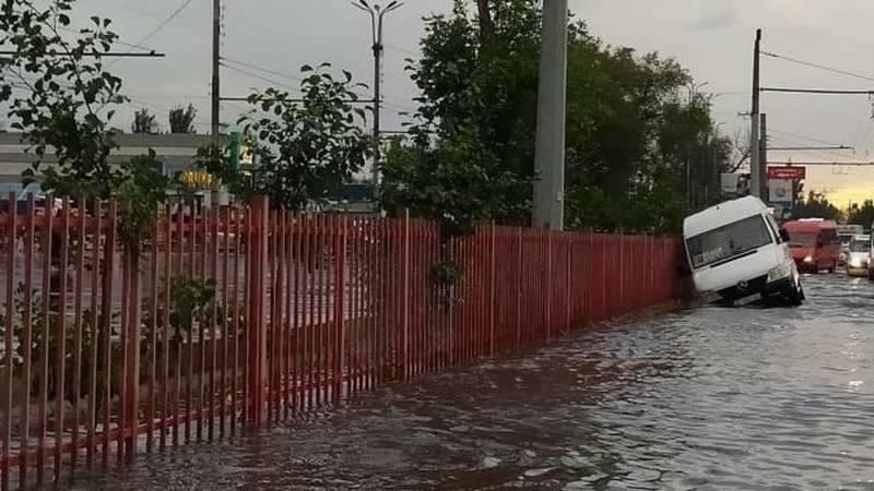 На Жибек Жолу маршрутка съехала в арык, затопленный после дождя. Фото