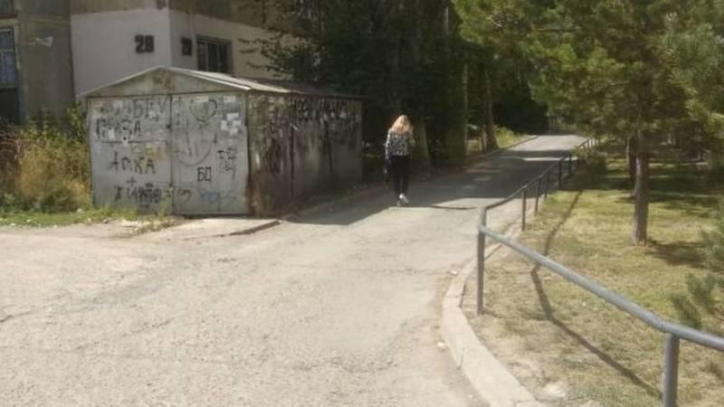 В 8 мкр между двумя школами нет тротуара, дети ходят по проезжей части, - горожанка