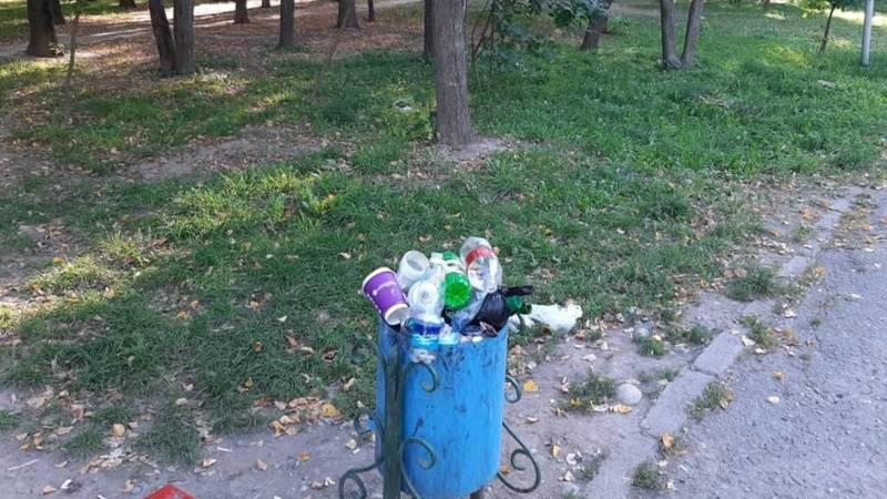 В ореховой роще в 6 мкр 4 дня не убирают мусор, - горожанка
