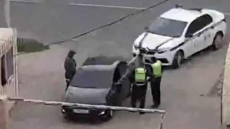 Почему сотрудники патрульной милиции отпустили полностью тонированную машину? - очевидец