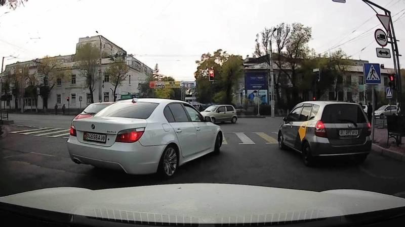На ул.Кулатова BMW 525 и «Фит» проехали на красный. Видео