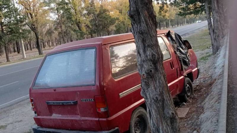 В селе Орто-Сай на газоне стоит брошенное авто, - очевидец