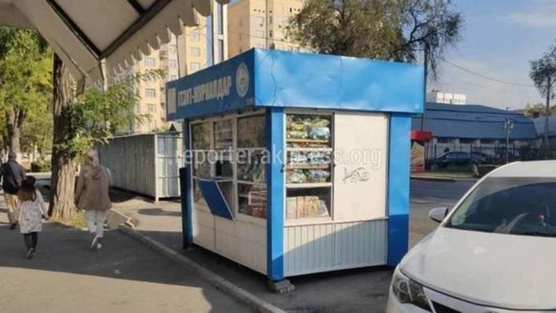Горожанин просит убрать газетный киоск с парковочных мест на ул.Боконбаева. Фото