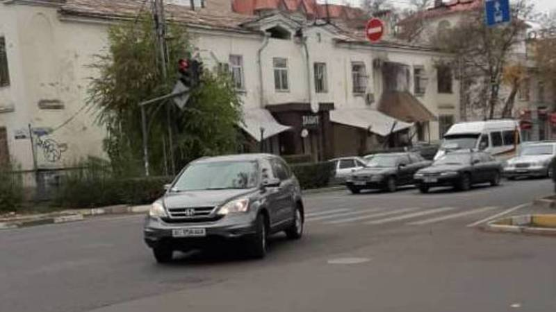 Honda CR-V повернул с Московской на Исанову на красный свет, - очевидец