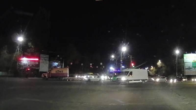 Nissan Tiida несколько раз нарушил ПДД на одном перекрестке. Видео очевидца
