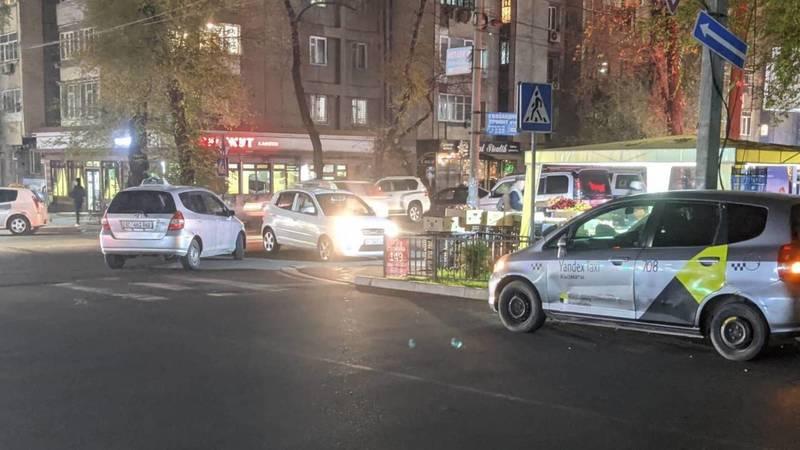 На Токтогула-Калыка Акиева таксисты паркуются на зебре, закрывая обзор водителям, - горожанин Алексей