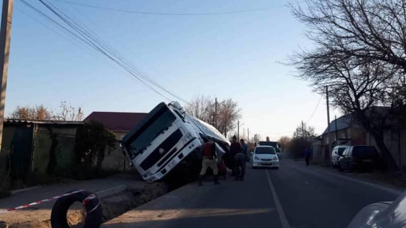 В Чон-Арыке самосвал Howo упал в траншею. Фото и видео