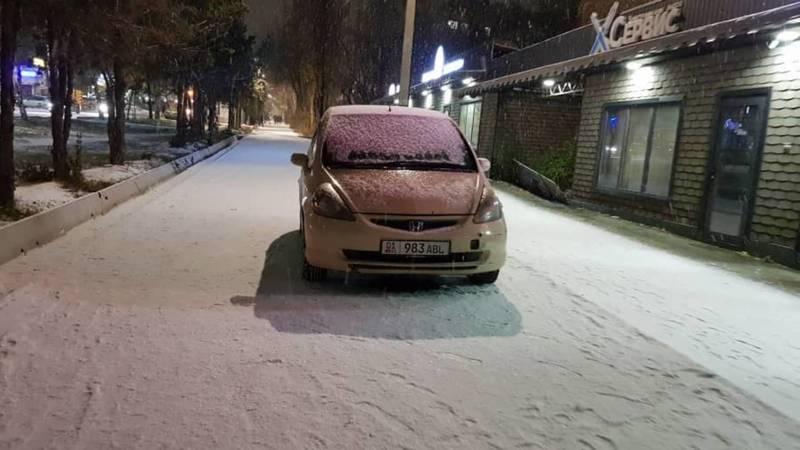 «Фит» припарковали на тротуаре на Каралаева. Фото
