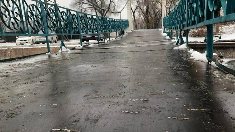 Мост через Ала-Арчу на Айматова зимой опасен для пешеходов, можно упасть в воду, - горожанин