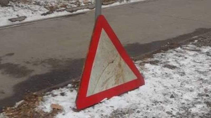 На Гагарина лежит сломанный знак, - горожанин
