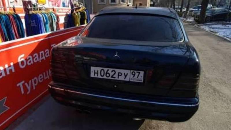 «Мерседес» с российскими номерами припаркован на тротуаре, - горожанин