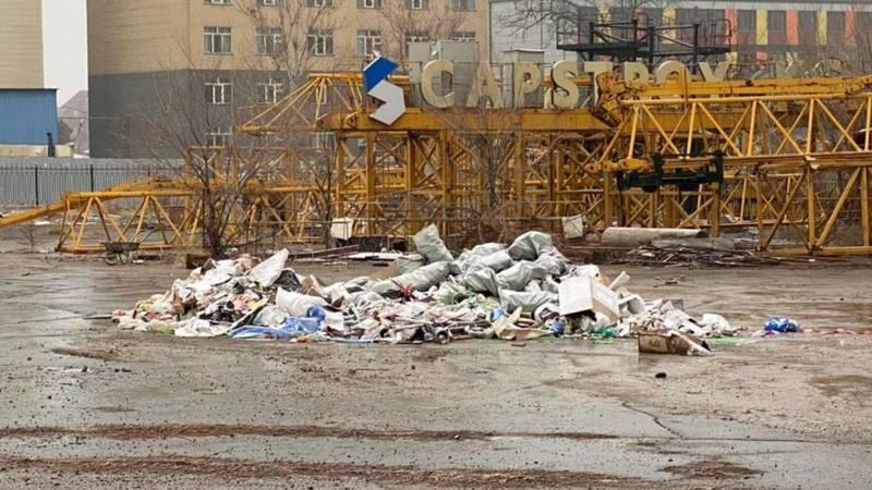 Возле старого аэропорта стройкомпания с лета не убирает мусор, - горожанин