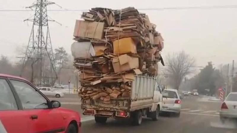 Замечен портер, доверху забитый картонными коробками. Фото