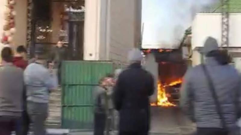 На ул.Ахунбаева в Бишкеке у мебельного магазина и салона красоты горит склад. Видео