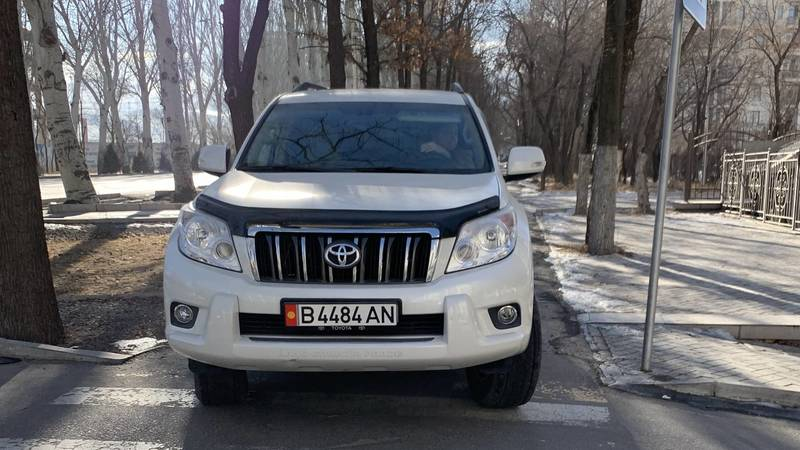 «Прадо» едет по тротуару на Айтматова