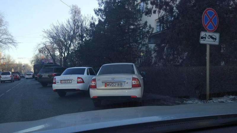 Водитель машины МВД, припарковавшийся под знаком «Остановка запрещена», оштрафован на 1000 сомов