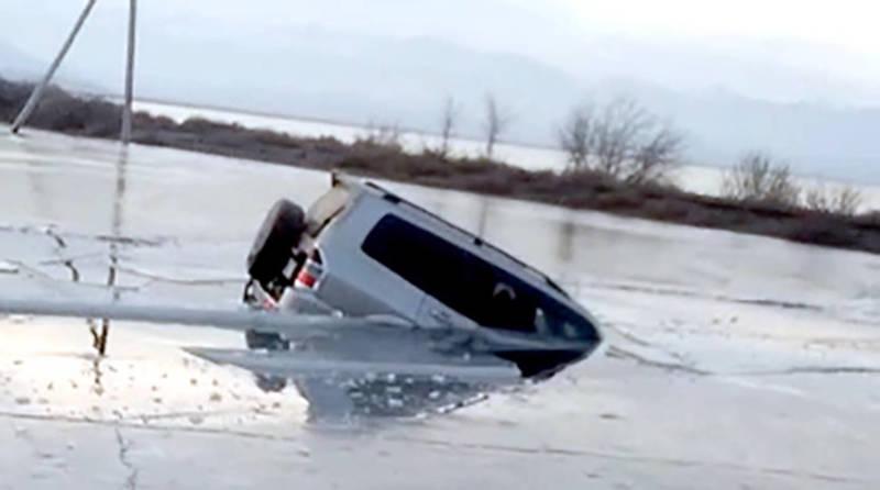 В Балыкчы «Паджеро» заехал на озеро и провалился под лед. Видео