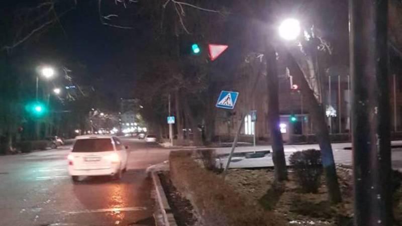 На Тыныстанова упал светофор. Фото горожанин