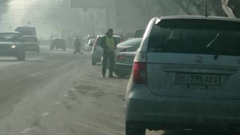 Напротив «Таатана» берут за парковку по 40 сомов, но квитанцию не дают, - горожанин