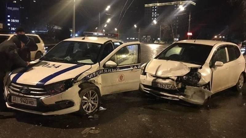 В Оше произошло ДТП с участием патрульной машины. Фото
