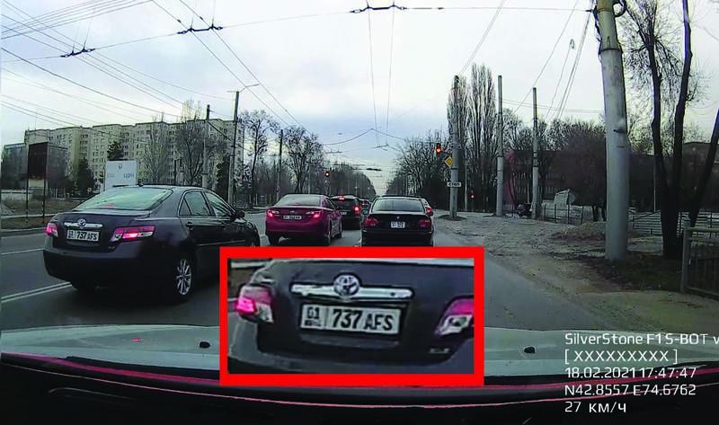 «Тойота» на большой скорости проехала по встречке на ул.Анкара. Видео