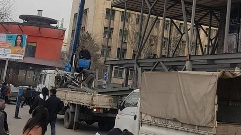 Во время грузоподъемных работ возле ГУМа не соблюдают технику безопасности, - горожанин