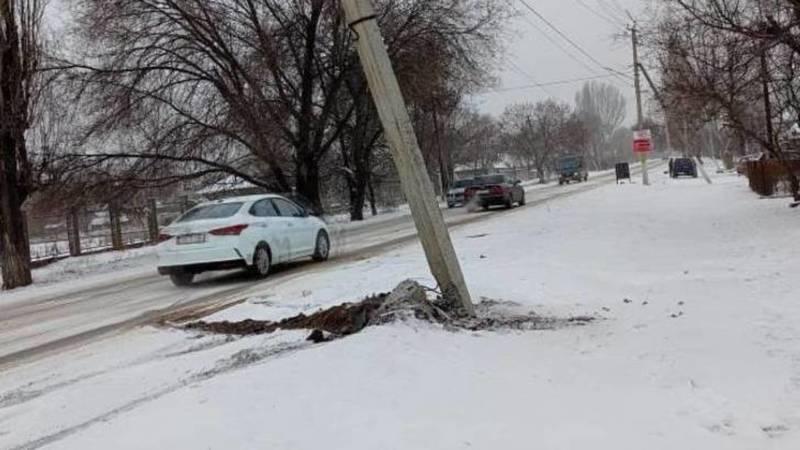 В Токмоке автомобиль врезался в бетонный столб и уехал с места ДТП, - очевидец