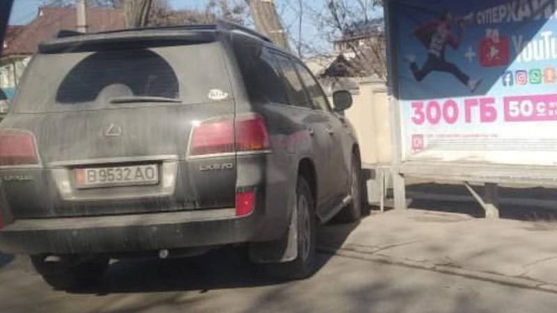 Lexus LX 570 припарковали на остановке. Фото горожанина