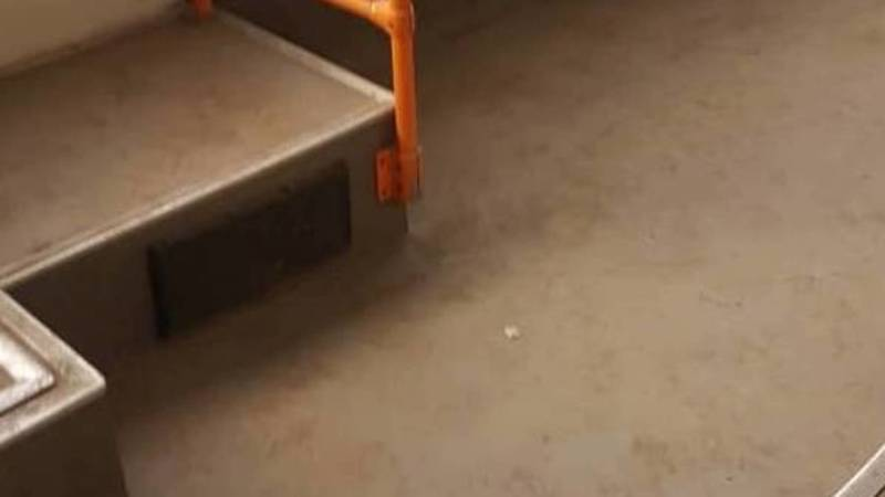 Бишкекчанин жалуется на грязный пол в троллейбусе №8. Фото
