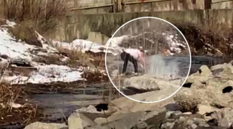 Сотрудник кафе «Ориенталь» выбрасывает мусор в реку Аламедин? Видео