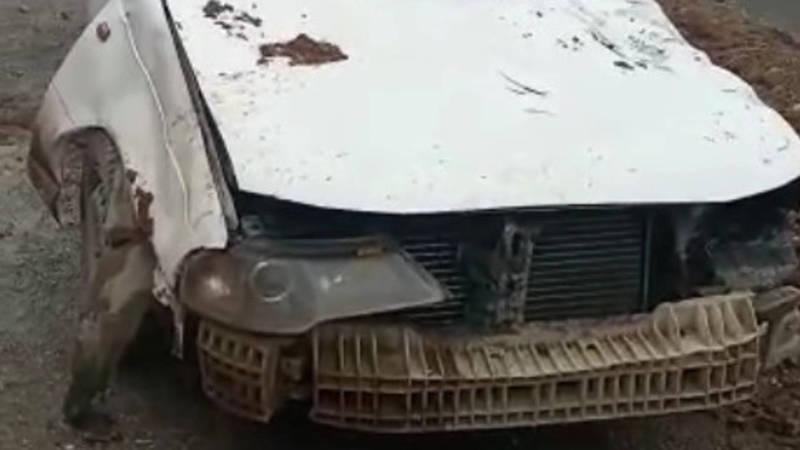 На трассе Сузак—Кара-Дарыя камень упал на проезжающую машину. Видео