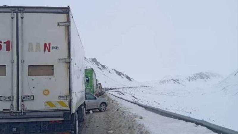 Пробки на перевале Өтмөк. Фото Омурбека