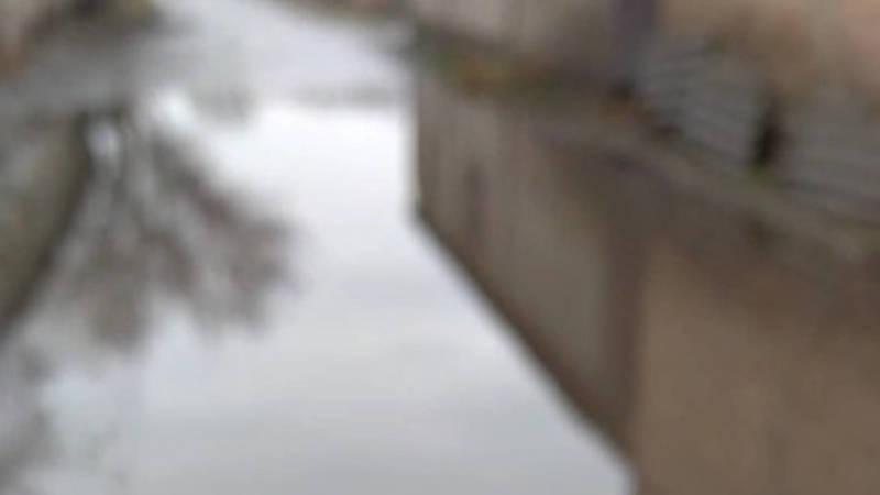 В Нижней Ала-Арче после дождя затапливает улицу. Видео