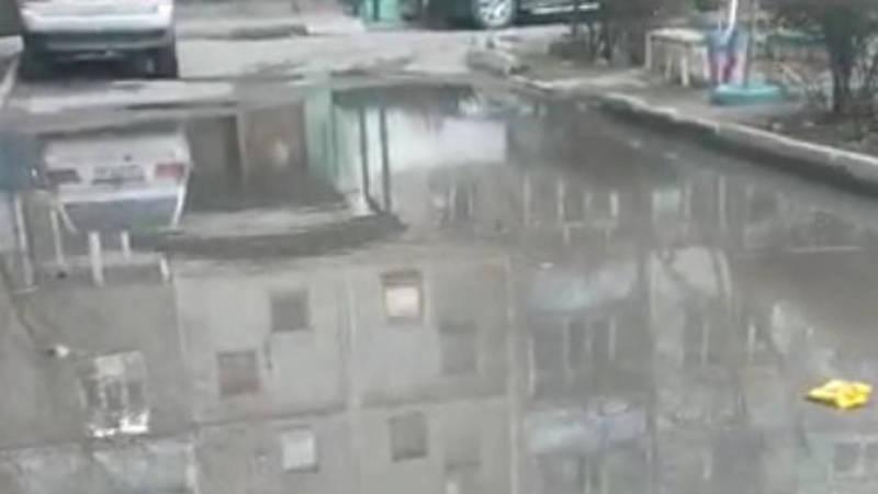 Во дворе дома в мкр Улан образовалась огромная лужа. Видео