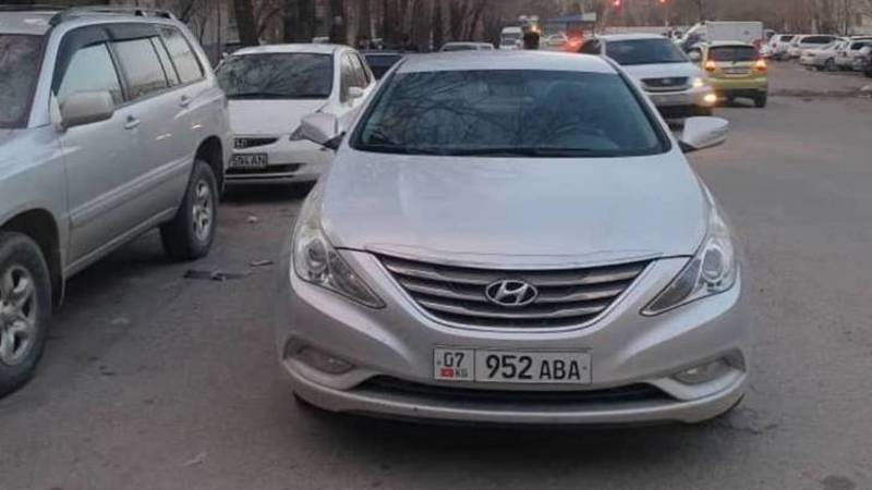 «Хендай» припарковался на проезжей части, заблокировав другую машину. Фото