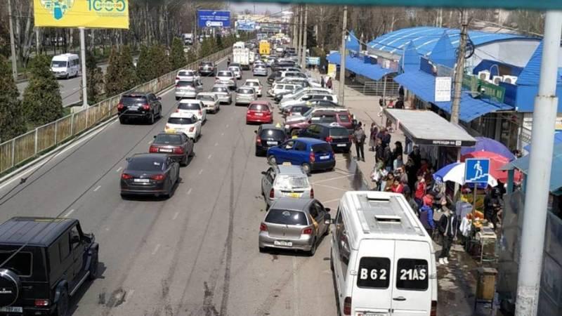 На ул.7 апреля парковка занимает одну полосу. Видео горожанина
