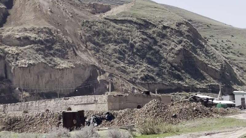 Законно ли частные кирпичные заводы роют горы у населенных пунктов? Видео