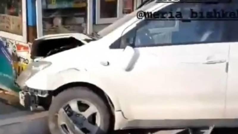 На Киевской «Ист» врезался в киоск. Видео с места аварии