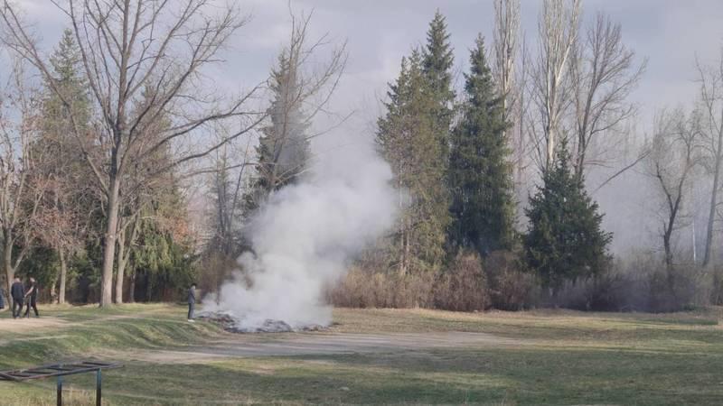 В парке Победы Каракола сжигают листья. Фото