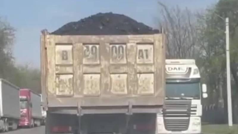 Грузовик перевозит уголь с открытым кузовом. Видео