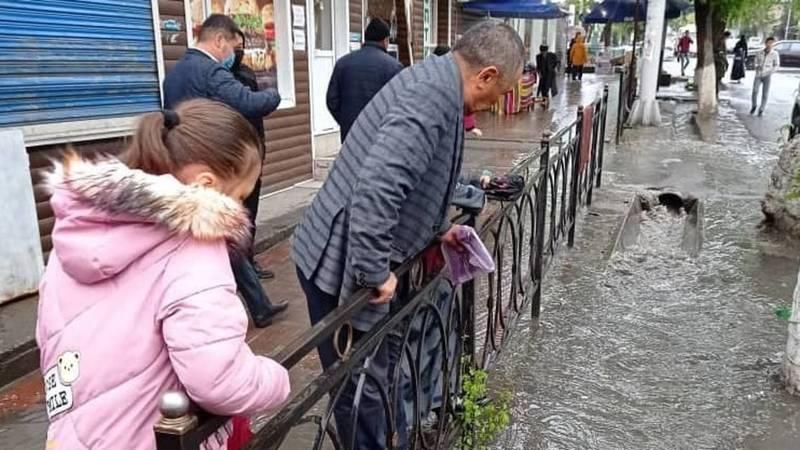 В Оше из-за дождей затопило улицы. Видео