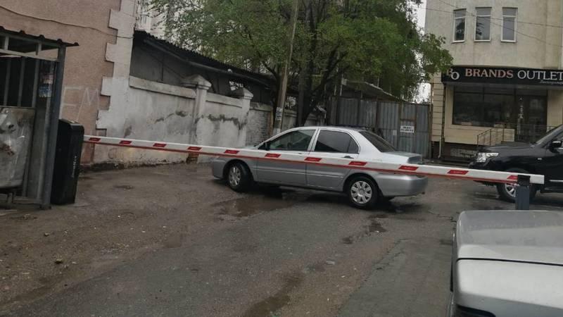 Законно ли возле дома на Абдрахманова установлен шлагбаум? Фото горожанина