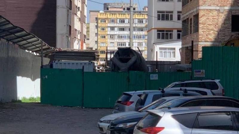 Законно ли в Джале стройкомпания огородила часть дороги? Фото горожанина