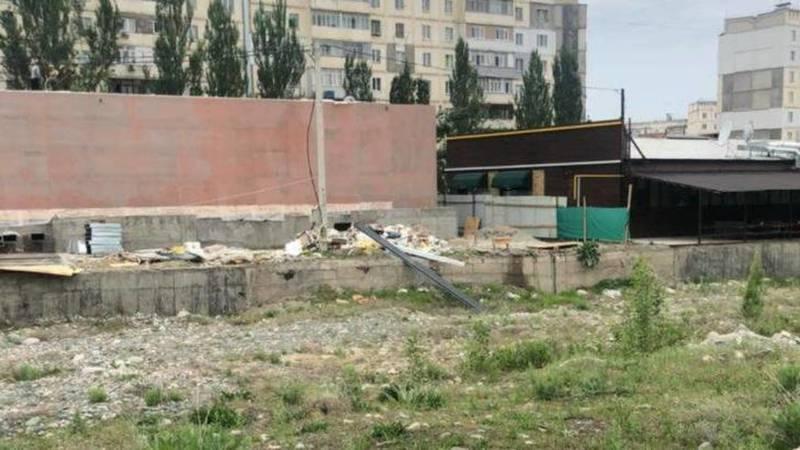 «Империя пиццы» в 12 мкр складирует строительный мусор вдоль реки. Фото горожанина