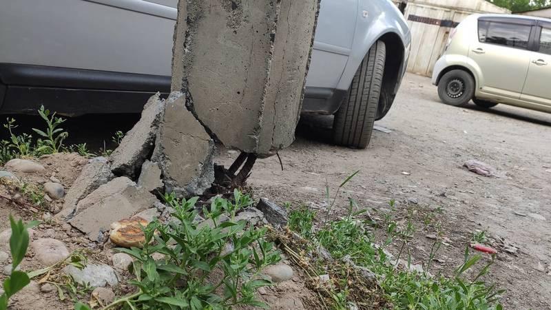 В Юг-2 аварийный бетонный столб. Фото