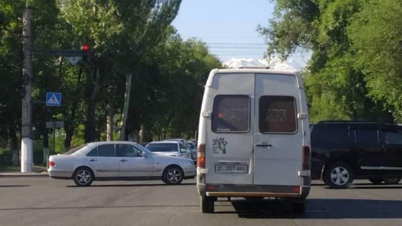 На пересечении Байтик Баатыра-Медерова маршрутка проехала на красный