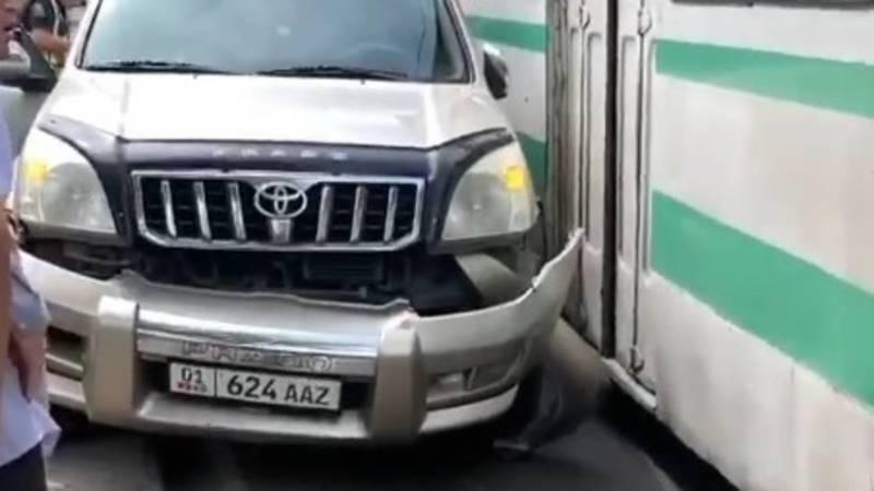 Во время транспортного коллапса «Прадо» столкнулся с троллейбусом. Видео