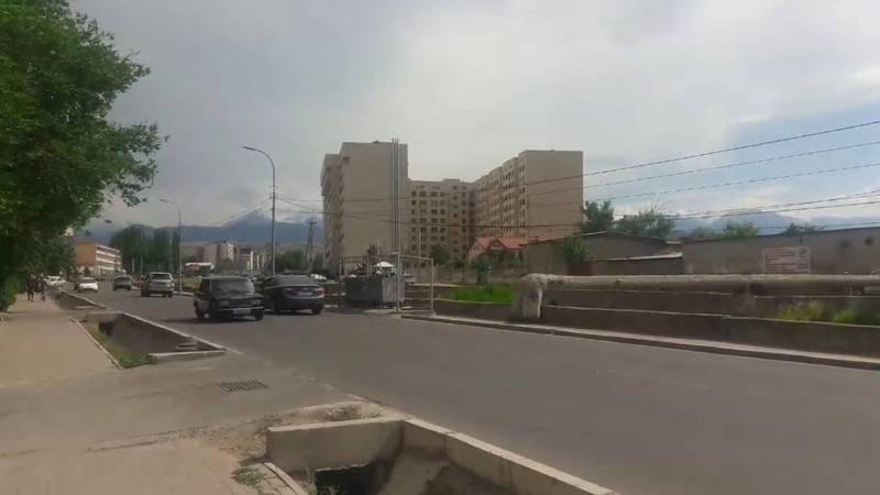 На Малдыбаева мусорки расположены через дорогу с большим потоком. Видео горожанки