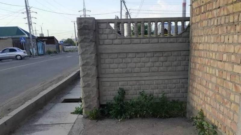 На Достоевского тротуар упирается в забор. Фото